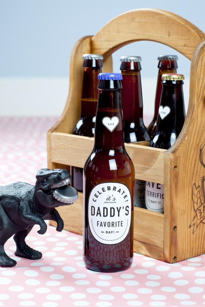 beeld 5 bierflesjes met kratje en dinosaurus