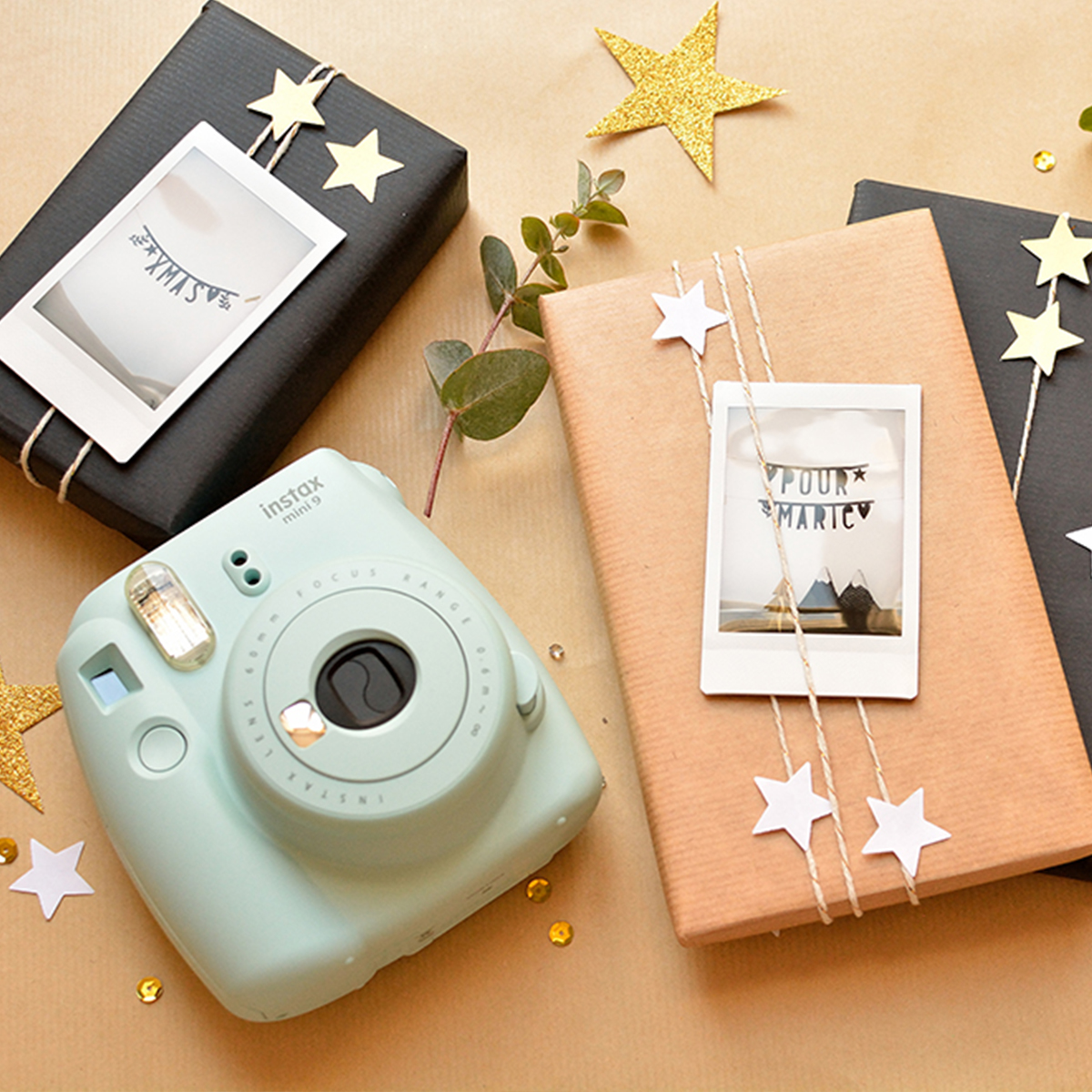 kerstcadeaus inpakken met polaroids