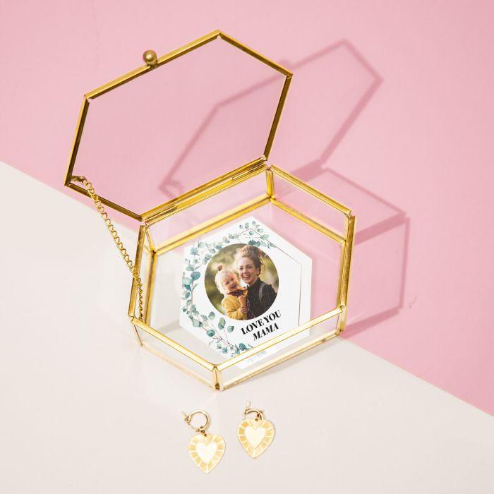 Glazen box met blaadjes, beeld en tekst