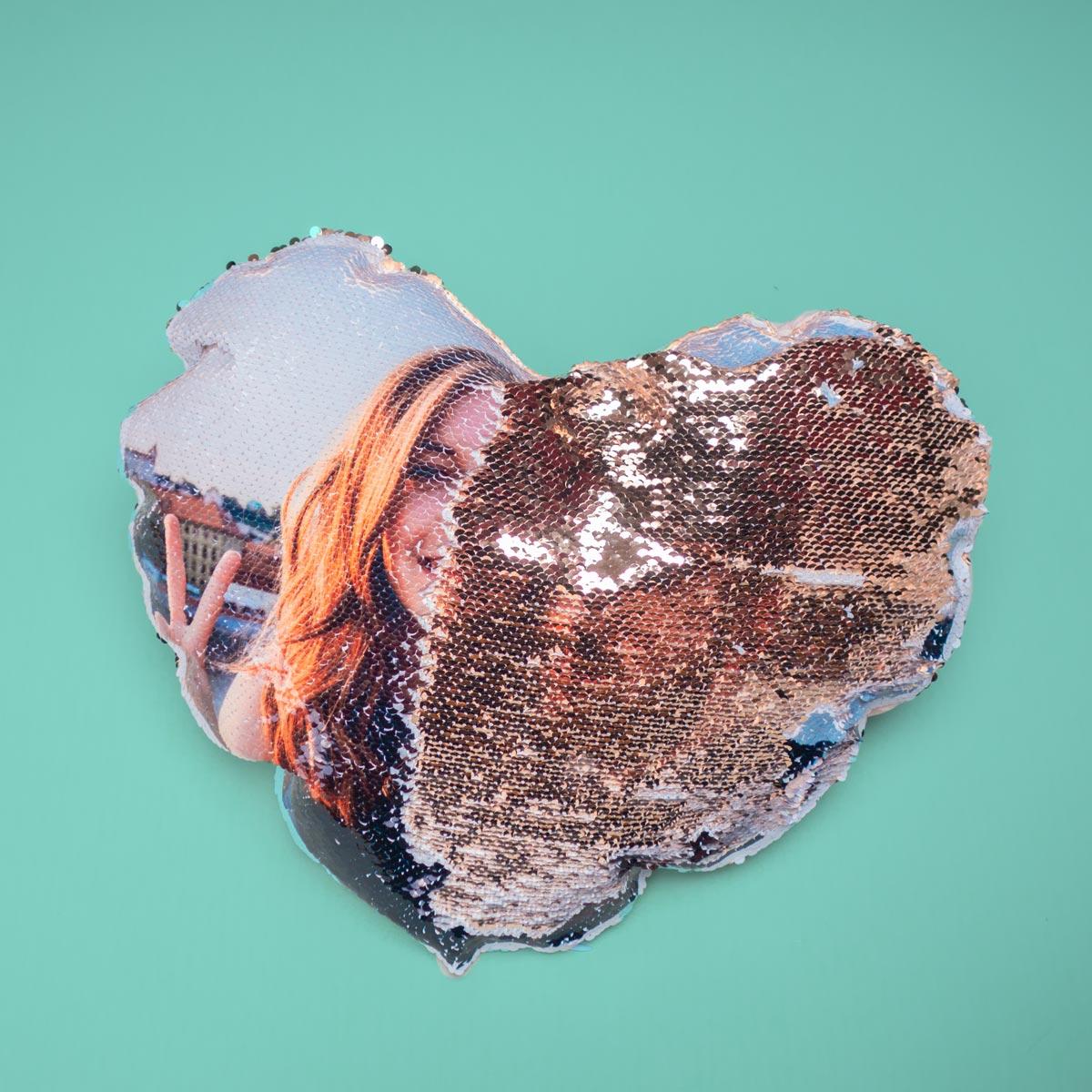 Personaliseerbaar pailletten kussensloop in hartjes vorm met foto
