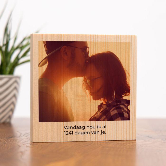 Vierkantige foto op hout met tekst