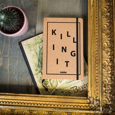 Verjaardagscadeau voor vriend - Personaliseerbaar kurken notitieboekje - Killing It