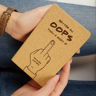 Verjaardagscadeau voor vriend - Personaliseerbaar kurken notitieboek - Oops