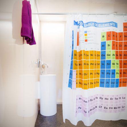 Douchegordijn met periodieke systeem