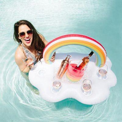 Drijvende wolkenbar met regenboog